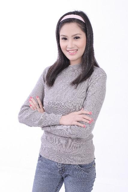 茶色のセーターの女性