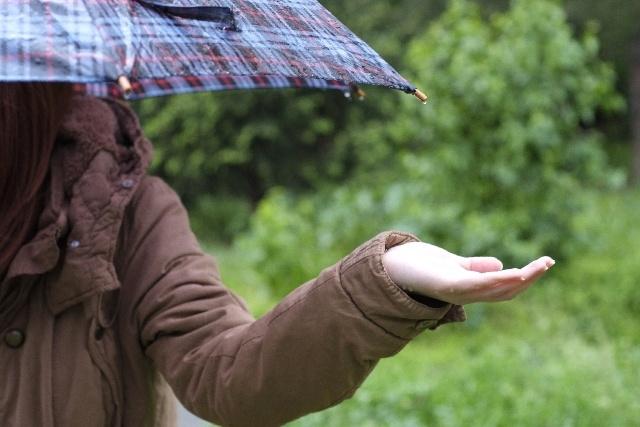 雨傘をさす女性