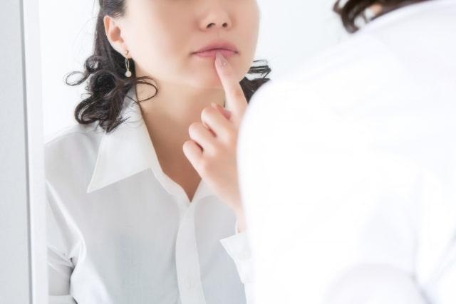 唇をチェックする女性